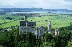 Замок Нойшванштайн (нем. «Новый лебединый камень») — романтический замок баварского короля Людвига II в юго-западной Баварии, недалеко от австрийской границы. Это один из самых посещаемых замков Германии, и одно из самых популярных туристических мест Европы.  Замок этот построен в конце девятнадцатого века для увеселения баварского короля Людвига II, в детстве перечитавшего рыцарских романов и приключенческих легенд.В архитектурном облике замка отразилось увлечение молодого короля эпохой…