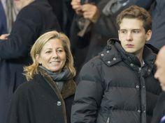 Claire Chazal en tribune durant le match PSG / Chelsea FC au parc des Princes accompagnée par son fils le 17 février 2015
