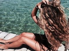 Here's a few products that will cut the wavy hair effort in half. Below are the 5 best hair products for beachy waves that'll give you those gorgeous and effortless mermaid hair vibes! If you like the scrunched, wavy hair look, these sea salt hair texturi Spring Hairstyles, Pretty Hairstyles, Beach Holiday Hairstyles, Wedding Hairstyles, Beach Hairstyles, Hairstyle Men, Funky Hairstyles, Formal Hairstyles, Hair Inspo