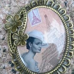 """=========================  Description plus détaillée sur http://www.alittlemarket.com/collier/fr_collier_retro_portrait_de_femme_d_antan_visite_a_paris_incognito_de_la_princesse_italienne_morosini_-15121555.html ========================= Gaby Féerie Créateur Bijoux Modèle Unique Rétro Collier portrait de femme d'antan """"visite à paris incognito de la princesse italienne Morosini """" princesse italienne se promenant dans le Paris du siècle dernier"""