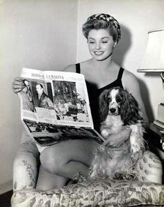0 esther williams reading a newspaper with her cocker spaniel Old Hollywood Stars, Old Hollywood Glamour, Golden Age Of Hollywood, Vintage Hollywood, Classic Hollywood, Famous Dogs, Famous Faces, Famous People, Ester Williams