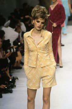 Chanel Fashion, 90s Fashion, Couture Fashion, Runway Fashion, Fashion Brands, High Fashion, Fashion Show, Vintage Fashion, Fashion Outfits