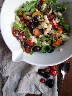 Louises køkken: Salat med hvide bønner, blommer, artiskok og tomat...