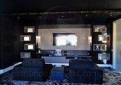 Separado por uma porta deslizante, o cômodo foi construído para ser um cinema particular, com paredes forradas por tecido escuro, longas cortinas e blackout, de forma a proporcionar uma experiência marcante a cada sessão de filme com as amigos. O aparador com acabamento black piano foi executado sob medida para acomodar os equipamentos de áudio de vídeo.