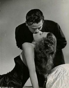 "Rita Hayworth e Glenn Ford em ""Gilda"" (1946), de Charles Vidor. Beijo Cinematográfico-forever"