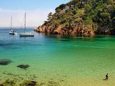 Thaïlande ? Corse ? Malte…Non non, c'est bien en Catalogne, chez nous, à deux pas de Perpignan de l'autre côté de la frontière. Cette plage s'appelleLa crique d'Aiguablava, à Begur. Trop souvent j'entends «Oui, de toute manière ici nous avons pas de belles plages, faut allez dans le Var ou en Corse pour rêver, pour
