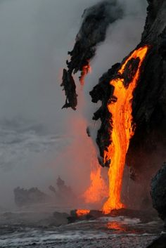 Lava flowing into the ocean from kilauea volcano (hawaii) by leigh hilbert Volcan Eruption, Fuerza Natural, Dame Nature, Hawaii Volcano, Hawaii Ocean, Oahu Hawaii, Volcano National Park, Lava Flow, Natural Phenomena