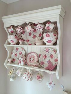 A beautiful selection of red and pink Emma Bridgewater products on a country kitchen shelf. Find out which Emma Bridgewater designs we stock by visiting our website! Cocina Shabby Chic, Shabby Chic Mode, Shabby Chic Kitchen, Shabby Chic Style, Shabby Chic Decor, Vintage Kitchen, Shabby Chic Furniture, Painted Furniture, Emma Bridgewater Pottery