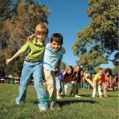 Hoy os proponemos 10 actividadesdivertidísimas para jugar al aire libre. Las actividades son ideales para estos días de verano, para practicarlasen grupo y pa