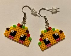 These adorable kawaii taco earrings would make a great gift. 😁 Made from perler beads, rubber backings, and silver jewelry findings. Let's Taco bout it Easy Perler Bead Patterns, Melty Bead Patterns, Perler Bead Templates, Beading Patterns, Easy Perler Beads Ideas, Perler Bead Disney, Diy Perler Beads, Perler Bead Art, Hama Beads Kawaii