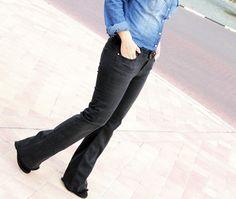 look casual chic en clave total denim. Abrigo empolvado Zara AW14, wide leg jeans negros de Zara SS15, camisa denim de Stradivarius de otras temporadas. Fular y bolso de Zara de otras temporadas y botines de ante negros de Pull&Bear de otras temporadas.