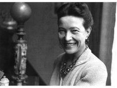 Simone de  Beauvoir, la féministe prolifiqueSimone de Beauvoir, la féministe prolifique Elle a noué un amour passionné et tumultueux avec Sartre et s'est fait reconnaître dans le monde entier grâce à son essai féministe intitulé le Deuxième sexe. Indépendante, totalement libérée, elle est née le 9 janvier 1908 au sein d'une famille catholique aisée qui lui donne une éducation maternelle sévère et traditionnelle qu'elle rejettera fortement en se déclarant totalement athée.