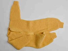 Knit sleeper *Free pattern Someone made me one of these when my son was born.great for when baby is in the car seat. Knitting For Kids, Baby Knitting Patterns, Knitting Stitches, Sewing Patterns, Baby Cocoon, How To Purl Knit, Baby Pants, Knit Or Crochet, New Baby Products