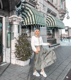 Gift ideas for cyclists [for all the bike lovers] Hijab Fashion Summer, Modern Hijab Fashion, Street Hijab Fashion, Modest Fashion Hijab, Hijab Fashion Inspiration, Muslim Fashion, Skirt Fashion, Hijab Style Dress, Casual Hijab Outfit
