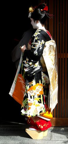 In Miyagawacho, there were two misedashi, or debut of a new maiko. There was Fukusuzu and Toshichika. This is Toshichika, who went to the okiya (geisha houses), ochaya (tea houses), and local stores to thank everyone for supporting her.