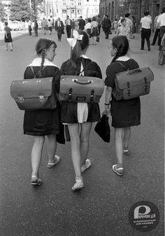 Droga do szkoly: w fartuszku i tornistrem na plecach Vietnamese Men, American Indian Girl, Nostalgic Pictures, Visit Poland, Krakow Poland, I Work Hard, Cool Countries, My Heritage, School Days