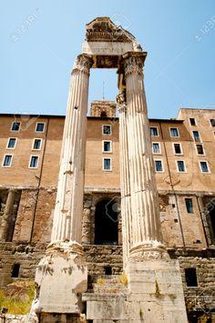 """As oito columnas de granito gris detrás do Rostra son parte do templo de Saturno. Construído durante a monarquía e inaugurado na República foi completamente reconstruído no ano 42 a.C. Era a sé do tesouro público, polo que tamén foi chamado """"Aerarium Saturni""""."""