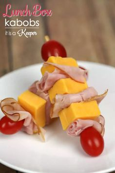 Healthy Snacks For Kids Lunch Box Kabobs Idea - Fun Back to School Lunch Recipe via it is a Keeper - So many adorable school lunch ideas! Make your kid smile in the middle of their school day with these lunch delights! Creative School Lunches, School Lunch Recipes, Kids Lunch For School, Lunch Snacks, Snack Recipes, Cooking Recipes, Work Lunches, Snacks For School Lunches, College Lunch