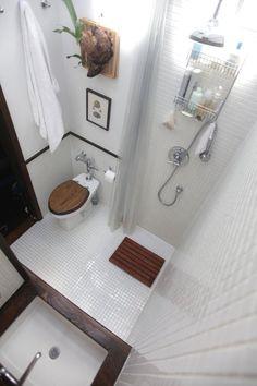 【経年を楽しむ】白いタイルと木製パーツのバスルーム | 住宅デザイン