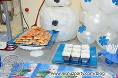 Pizzas y mousse de chocolate en la mesa merienda de Frozen - Pizzas and chocolate mousse Frozen