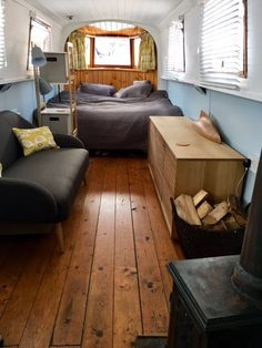' Modern lovely Narrow Boat Zone 2 -' Room to Rent from SpareRoom Canal Boat Interior, Sailboat Interior, Narrowboat Interiors, House Boat Interiors, Caravan Interiors, Canal Barge, Barge Boat, Houseboat Living, Houseboat Decor