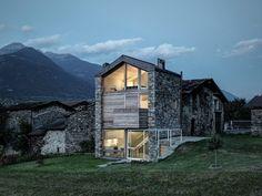 La pierre naturelle, le bois et le verre ont été utilisés par l'architecte Rocco Borromini pour réaliser cette habitation moderne qui réinterprète l'archit