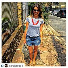 Amanhã vai fazer calor DE NOVO! Então que tal se inspirar no look da @blografaelacoelho para passear bem à vontade, fresquinha e arrasando de colar @carolgregori ?  #elausacarolgregori #calor #verao #inspirese #hot #summer #tips #instalook #instacool #instamood