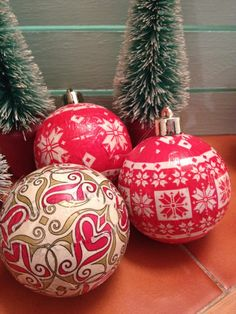 Here is a great way to use Decopatch this Christmas, and if you haven't used Decopatch before, this is a great beginners project! In this short tutorial we show you how to upcycle your old scratched baubles into gorgeous new baubles with Decopatch. Christmas Decoupage, Christmas Fabric, Old Christmas, Christmas Crafts, Christmas Decorations To Make, Holiday Decor, Fabric Ornaments, Christmas Baubles, Upcycle