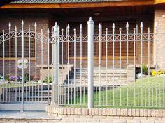 Resultado de imagen para diseño de cerramiento de casa de campo Home Fencing, Front Yard Fence, Ideas Para, Metal Working, Sweet Home, Outdoor Structures, Patio, Wall, Furniture