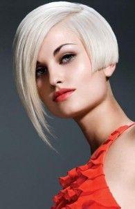 Pour créer de l'asymétrie, les cheveux de cette jeune femme ont été coupés pleine longueur, à mi-oreille, sur les côtés, tandis que les cheveux du devant, beaucoup plus longs et effilés, ont été balayés d'un côté. La coloration blond blanc donne de la personnalité à l'ensemble.