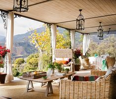 Desde el porche  Sofá, sillones y mesa de Casa y Campo. La alfombra es de Fernando Moreno.
