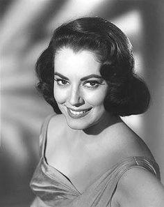"""Este foto es de la actriz Lupita Tovar. Ella naciò en 1910 y mudanza a Hollywood en el año 1929.  Estuve famosa en los 1930's por las pelìculas """"La Voluntad del Muerto"""", y """"El Gato Deslizarse"""". Trabajó mucho, y tomó lecciónes de la guitarra, bailes españolas, actuacón, y íngles. iElla se casó un agente de actuar y su hija fue nombrado para por un Oscar."""