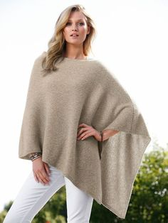 Damenmode Poncho lang beige super elegant Source by pretty dresses Free Knitting, Baby Knitting, Knitting Patterns, Outfit Elegantes, Jeans Azul, Girl Fashion, Womens Fashion, Knitted Poncho, Knitting For Beginners
