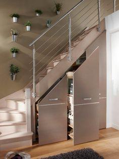Des meubles coulissants sous l'escalier
