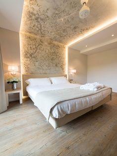 Stupenda idea di illuminare la camera da letto con strisce a led - carta da parati sulla parte interna del muro per un forte impatto scenico
