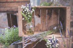 wooden crates, lavender, daisies and rosemary http://weddingwonderland.it/2016/01/lavanda-margherite-per-un-matrimonio-rustico.html