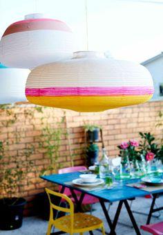 Lámparas VÄTE pintadas, con una mesa de comedor al fondo.
