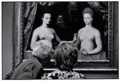 Elliot Erwitt. FRANCE. Paris. 1975. On the painting, Gabrielle d'Estrees (mistress of Henri IV) and her sister, the duchess of Villards. Anonymous, Ecole de Fontainebleau.