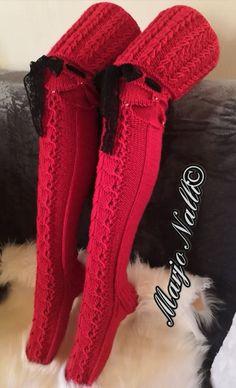Punaiset pitsiset villasukat räjäyttivät somen: Naistenhuone täyttyi ihastuksesta Easy Crochet Slippers, Crochet Socks, Knit Or Crochet, Knitting Socks, Ski Trip Outfit Woman, Fluffy Socks, Royal Clothing, Fashion Socks, Cardigans For Women