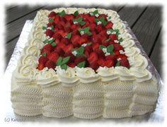 Tämän kakun tein ystäväni 30-vuotisjuhliin. Tilaisuus oli siis tärkeä, joten kaikki oli pelissä! :) En ole ennen tehnyt tämän kokoluokan kakkua, joten tämä oli hyvää harjoitusta ja oppia määrien arviointiin. Olin kuvitellut selviäväni kahdella kääretorttupellillisellä, mutta alettuani kokoamaan kakkua paistoin vielä yhden lisää ja tein kakun siis lopulta kolmesta pellillisestä. Siitä tuli ehkä hieman ylimitoitettu, […]