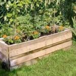 Using reclaimed shipping pallets for planters. Neat idea!