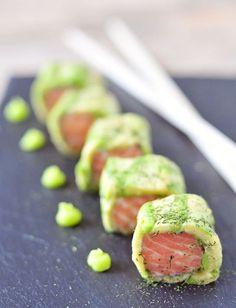 Sushi van zalm met avocado is lekker en super gezond. Zelf sushi maken is niet moeilijk, het kost je alleen wat tijd. Serveer de sushi van zalm met wasabi