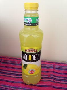 Doğanay Limonata CamPet İçindekiler: Su, Şeker, Limon Suyu Konsantresi(%10), Emülgatör, Doğal Limon Aroması, Antioksidan, Renklendirici (bakır klorofil, lutein)
