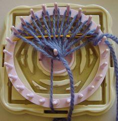 Weaving a bud on a flower loom Loom Knitting Stitches, Knitting Machine Patterns, Loom Knitting Projects, Weaving Projects, Loom Flowers, Knitted Flowers, Crochet Pumpkin Hat, Rainbow Loom Patterns, Finger Crochet