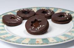 Sacher dortíčky - 420 g hladké mouky, 140 g moučkového cukru, 280 g másla, 4 žloutky, kakao, vanilka, citronová kůra, čokoláda na vaření Z uvedených surovin vypracujeme hladké těsto, zabalíme do potravinové fólie a dáme do chladničky do druhého dne odpočinout. Z těsta vyválíme plát, vykrajujeme tvary, v polovině vypíchneme střed a přeneseme na plech vyložený pečicím papírem. Vložíme do předem vyhřáté trouby a pečeme při 170 °C asi 8 minut. Meringue Cookies, No Bake Cookies, Christmas Sweets, Christmas Baking, Christmas Time, Holiday Cookies, Holiday Desserts, Czech Recipes, Something Sweet