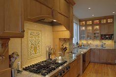 Панно из плитки на кухню: модификации декора стен и 80+ вариантов элегантной и запоминающейся отделки http://happymodern.ru/panno-iz-plitki-na-kuhnyu/ Обратите внимание на необычные варианты и находки: одиночная плитка размером 30×45 (или больше) может украсить стену над варочной поверхностью, как на фото