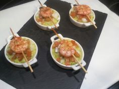 Cazuelitas de guacamole con pincho de gambas