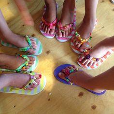 Op deze warme zomerse middag zijn er tijdens een #workshop weer mooie #teenslippers #gepimpt door een groep gezellige meiden!
