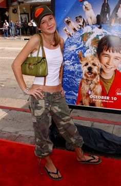 """Pin for Later: Forget Regret —Why Brie Larson Is """"Grateful"""" For This Early 2000s Fashion Moment Flip-Flops and Camo Capris on the Red Carpet? You Betcha! Glitter Flip Flops, Early 2000s Fashion, Brie Larson, Skechers, Grateful, Forget, Camo, Red Carpet, Footwear"""