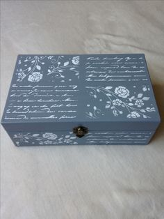 Decoration Shabby, Shabby Chic Decor, Painted Boxes, Wooden Boxes, Chalk Paint Projects, Craft Projects, Hobbies And Crafts, Diy And Crafts, Antique Mailbox